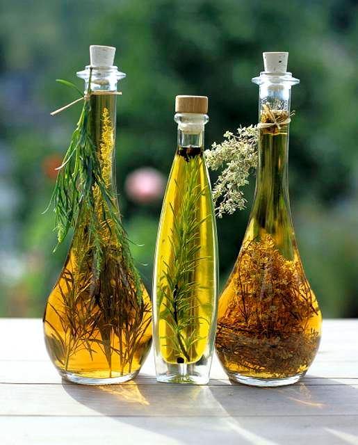 z9314347V,Ziele-rozmarynu-nadaje-oliwie-ciekawy-aromat--a-ta.jpg